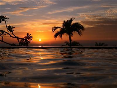 夕日の見える宿1位受賞のホテルからオレンジに染まる夕日を望む