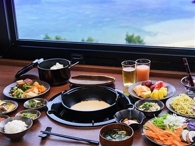 恩納村の青く美しい海を眺めながら、アツアツのヘルシー朝食