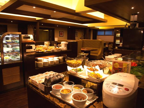 食事会場は隣接するグループホテルで79種類のバイキングになります。