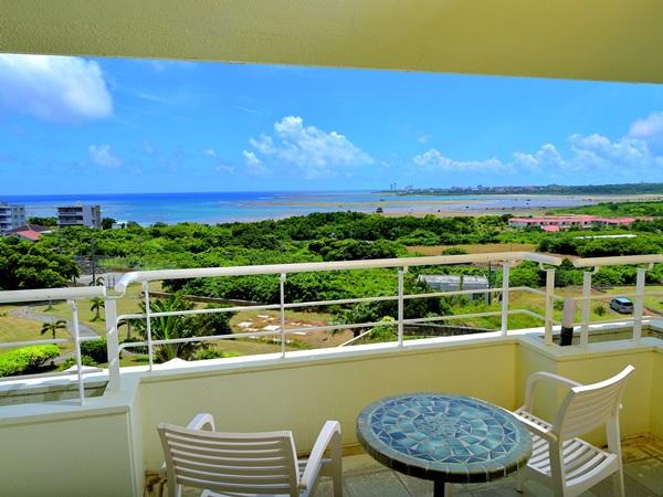 バルコニーからは、南の島の穏やかな海を一望できる