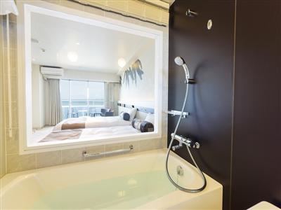 バスルームからもエメラルドブルーを楽しめるビューバス付きの客室も