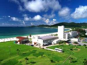 「日本の渚100選」真白なイーフビーチ目の前に建つリゾートホテル