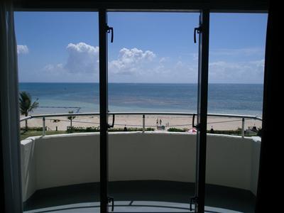 部屋から見える海。日頃の疲れが癒されます。