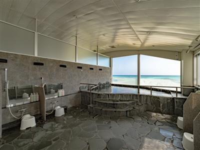 久米島の海洋深層水を使った展望浴場。イーフビーチをパノラマで