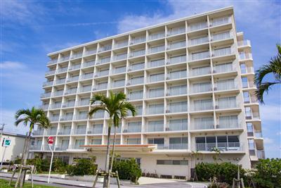 那覇空港から車で約15分のアクセス。キレイな海、最高の夕日が楽しめます