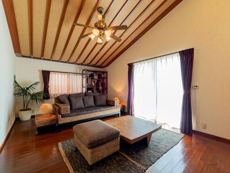 天井が高く開放感たっぷりの部屋は、おしゃれなアジアンリゾート風!