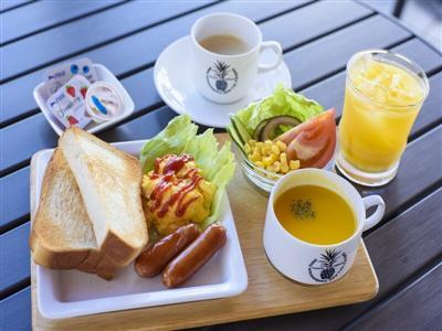 名蔵湾を正面に望むテラス席で味わえる朝食