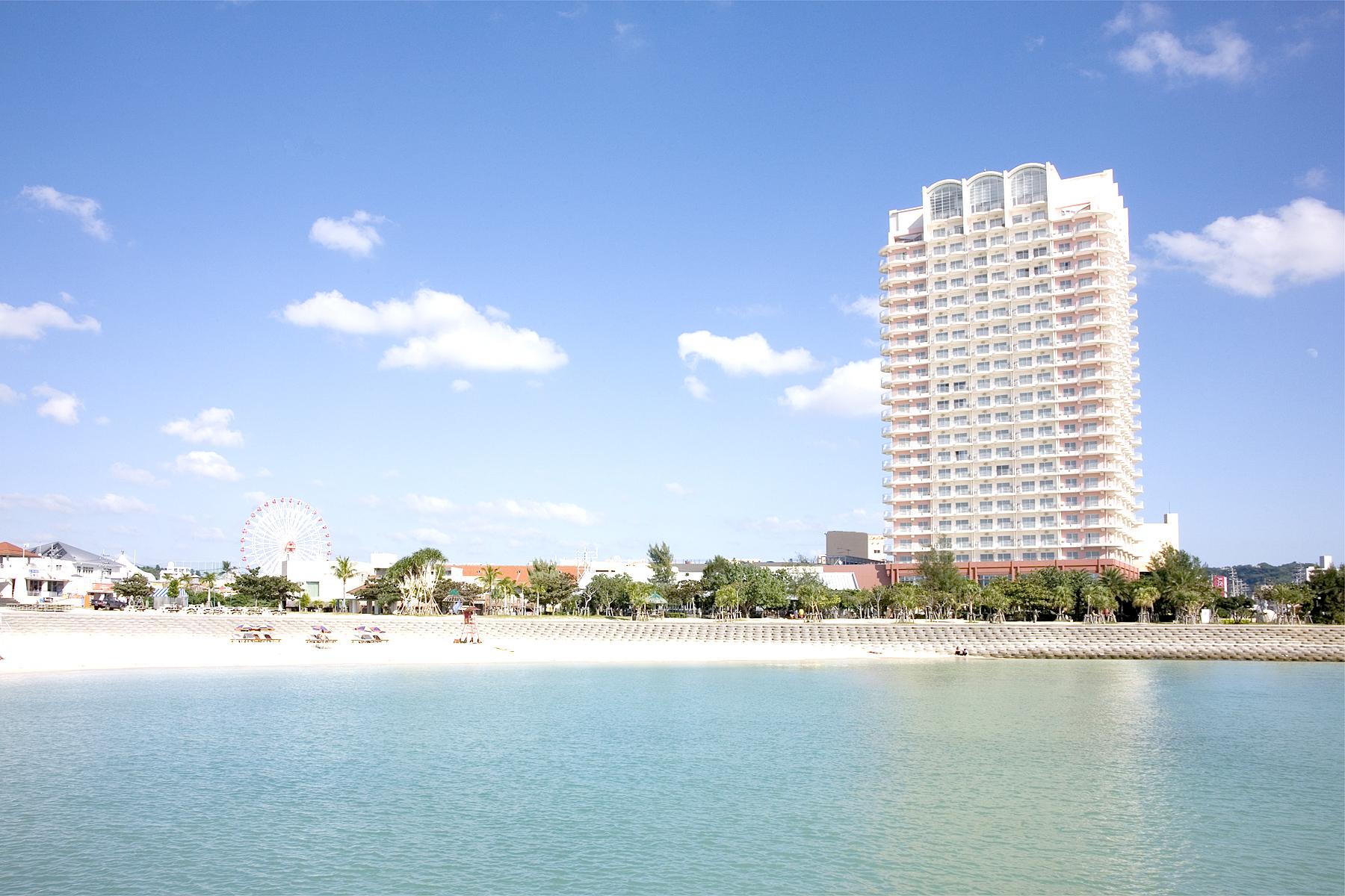 ホテル目の前には地元の人や外国人にも人気の「サンセットビーチ」