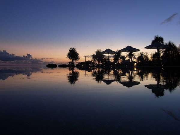 東シナ海に沈む夕日を久米島一美しく眺めるロケーション。空港送迎バス有!