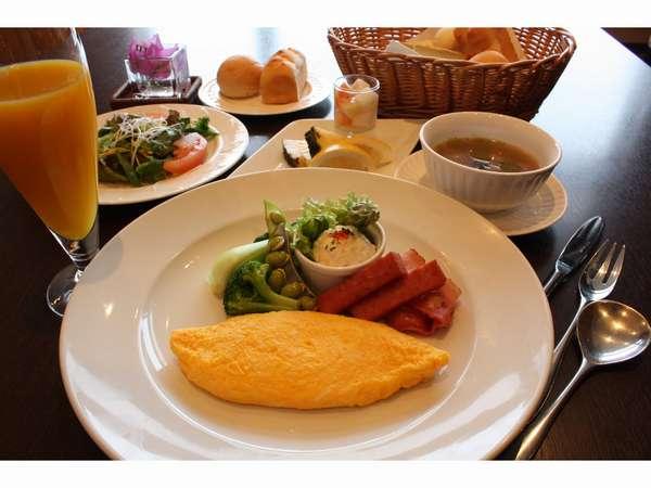 朝食は島野菜や沖縄の食材をたっぷり使用