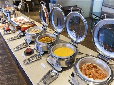 和洋琉の料理がずらりと並ぶ朝食ブッフェ。朝からワインで贅沢気分