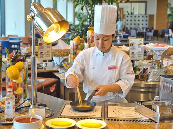 地元糸満の食材をふんだんに使用した朝食は地元客にも人気