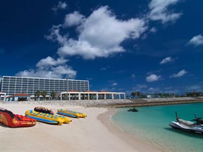 ホテル目の前にはマリンスポーツやBBQが楽しめるビーチがある