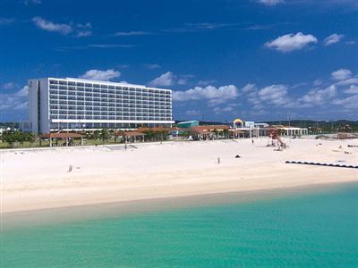 思いっきり遊べるホテル目の前のビーチ