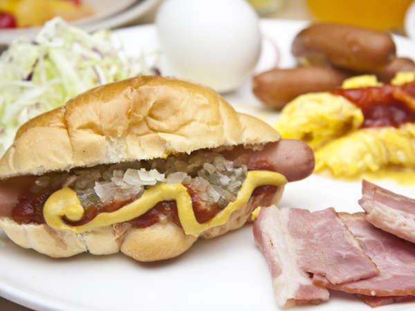 朝食時にお好みでオリジナルホットドッグが作れる