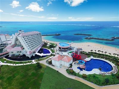 透明度抜群の天然ビーチと海上遊歩道が魅力のオンザビーチホテル