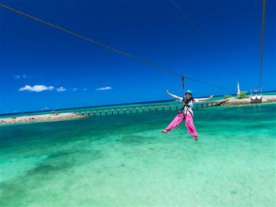 沖縄ではここでしか体験できない「メガジップ」 で海の上を滑走