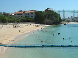 那覇市内に唯一ある泳げるビーチ「波之上ビーチ」までも車で5分程度♪