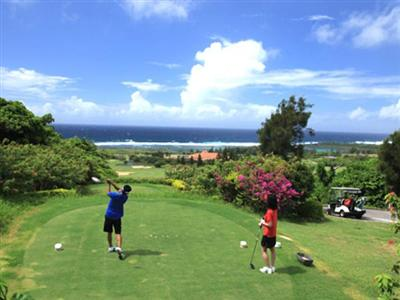 海を見渡す本格コースでゴルフを満喫