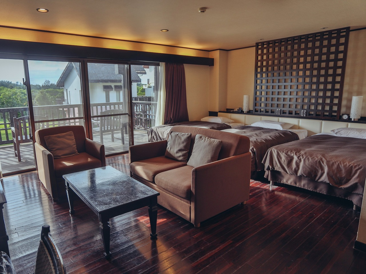 メインコテージ(48平米・禁煙)ベッドが3台常設しています。