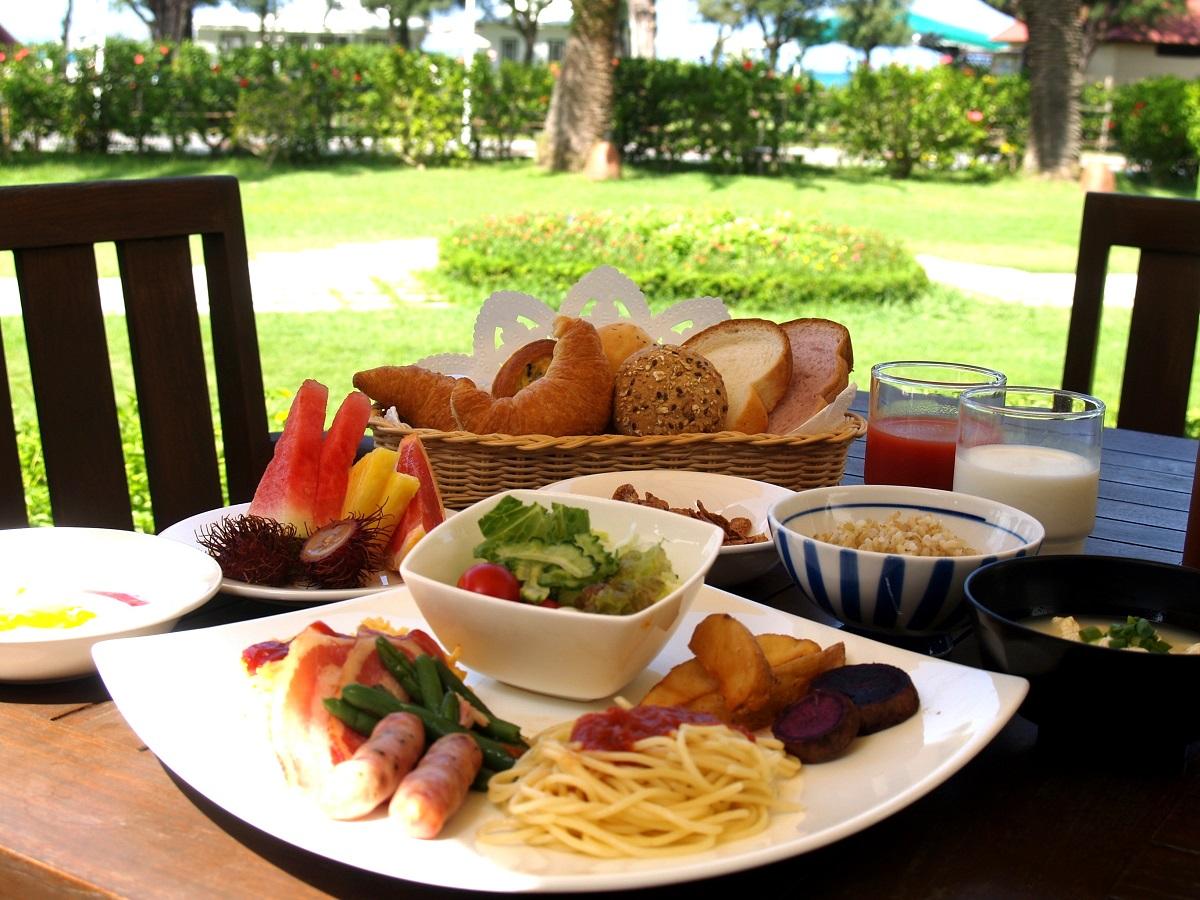 朝食ビュッフェ、シェフが目の前で焼いてくれるふわふわオムレツが人気