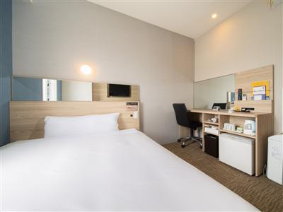 広いベッドで快適に。ゆっくり過ごせる部屋