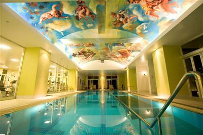 天井に施された絵画が特徴の屋内プールは年中利用可能