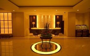 シティホテルを思わせるラグジュアリーで落ち着いた雰囲気のロビー
