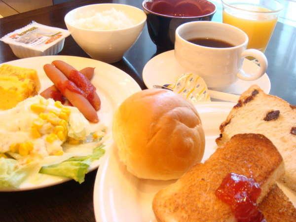 和食、洋食どちらも選べるブッフェスタイルの朝食