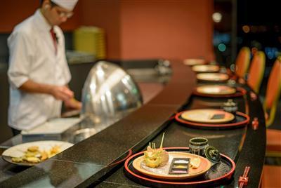 寿司職人が握る新鮮な握りずしや揚げたての天ぷらなど、本格和食を堪能