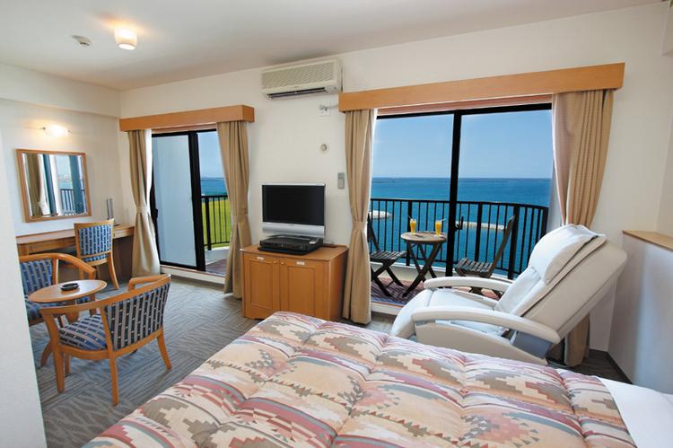 海の見えるお部屋が大人気!お部屋のすぐ外はもう真っ青な海です!