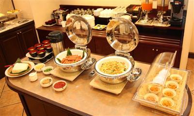 朝食は健康的な沖縄料理が中心です。日により異なります。