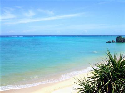 約1キロもの白い砂浜が広がる天然ビーチ