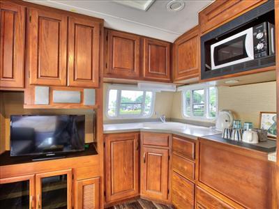 トレーラーハウスの中には、充実したキッチンも