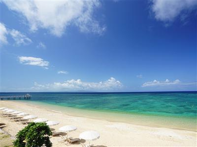 コテージを出ると、目の前には天然のビーチが広がる