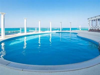 海を望み、空を仰ぐ。屋外プール「スカイプール」