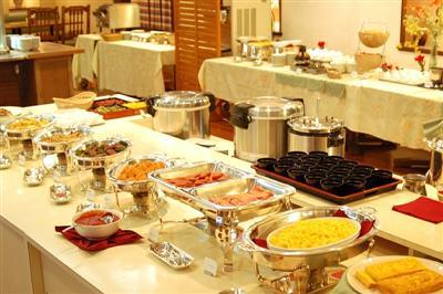 朝食は、和洋バイキング。沖縄料理も充実した豊富なメニュー