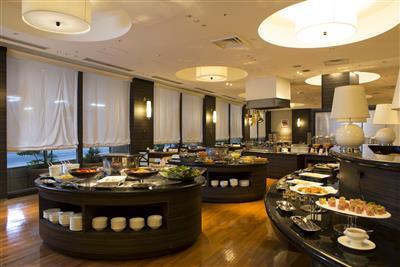 沖縄料理やホワイトオムレツなど、日替わりメニューも多く並ぶ朝食