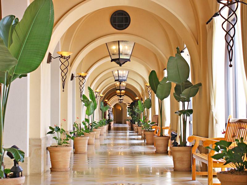 館内に展示された多くの美術品が、南欧のリゾート気分を盛り上げます。