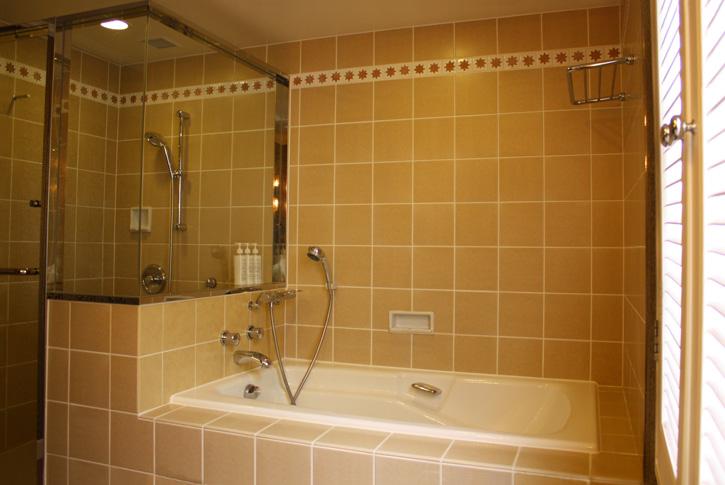 バスルームの色合いも暖かみがある