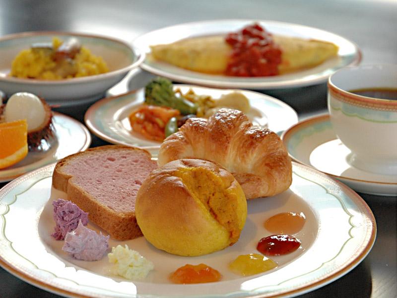 口コミで評判の朝食。ふわふわオムレツ、紅芋ジャムは人気のメニューです。