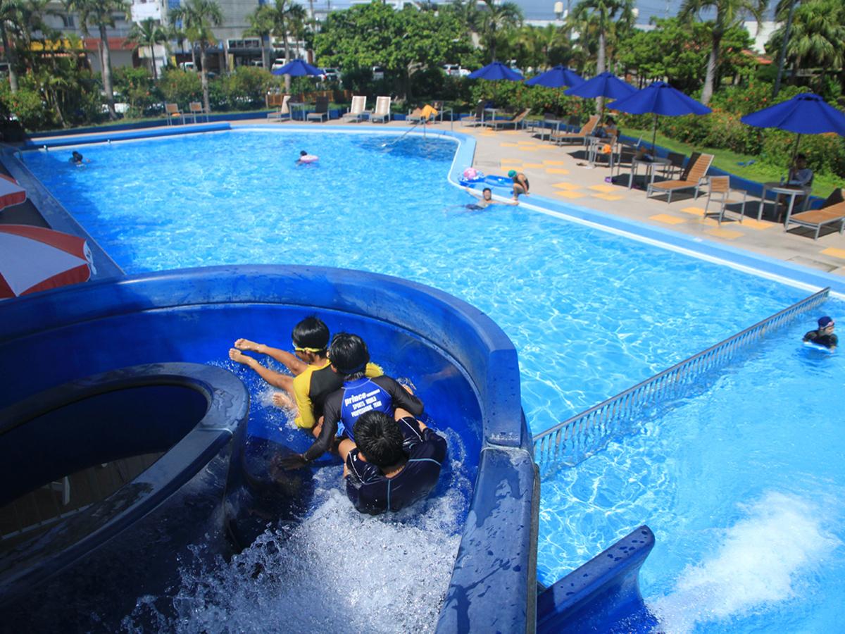市街地にありながら夏季はウォータースライダー付きのプールが利用できる