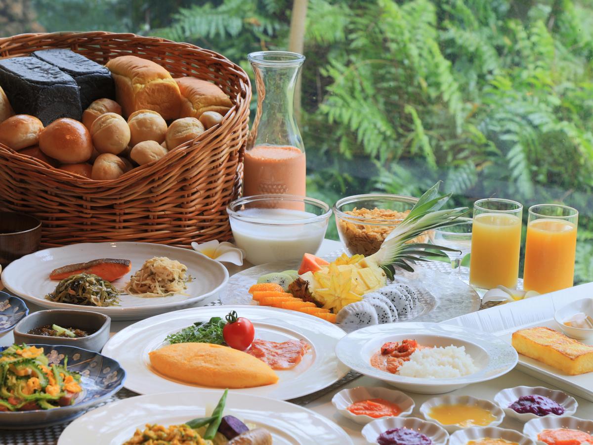 朝食は島素材を使用した郷土料理・和食・洋食の約50種のバイキング