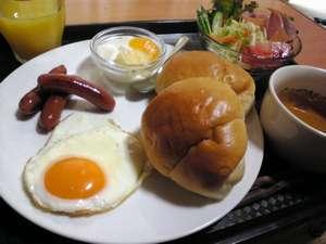 ビュッフェスタイルの朝食が無料。