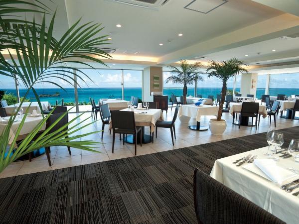 レストランやロビーなど、ホテルの至る所でパノラマの海が広がる