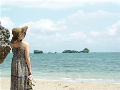 ホテルの目の前には天然ビーチ「ムルク浜」。アクティビティの種類も豊富