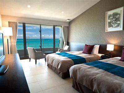 沖縄の東側に位置する浜比嘉島。日の出を望む海側の部屋がおすすめ