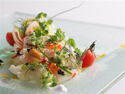 近海魚や海ぶどうなど、島の食材をふんだんに使用した創作料理が楽しめる