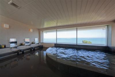 朝6時から入れる東向きの大浴場。朝早くに行けば日の出を見ることができる