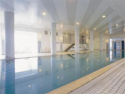 季節を問わず楽しめる屋内プールも完備!